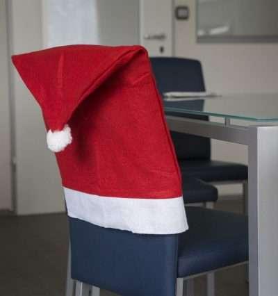 Mikulássapka formájú székdekoráció az ünnepekre